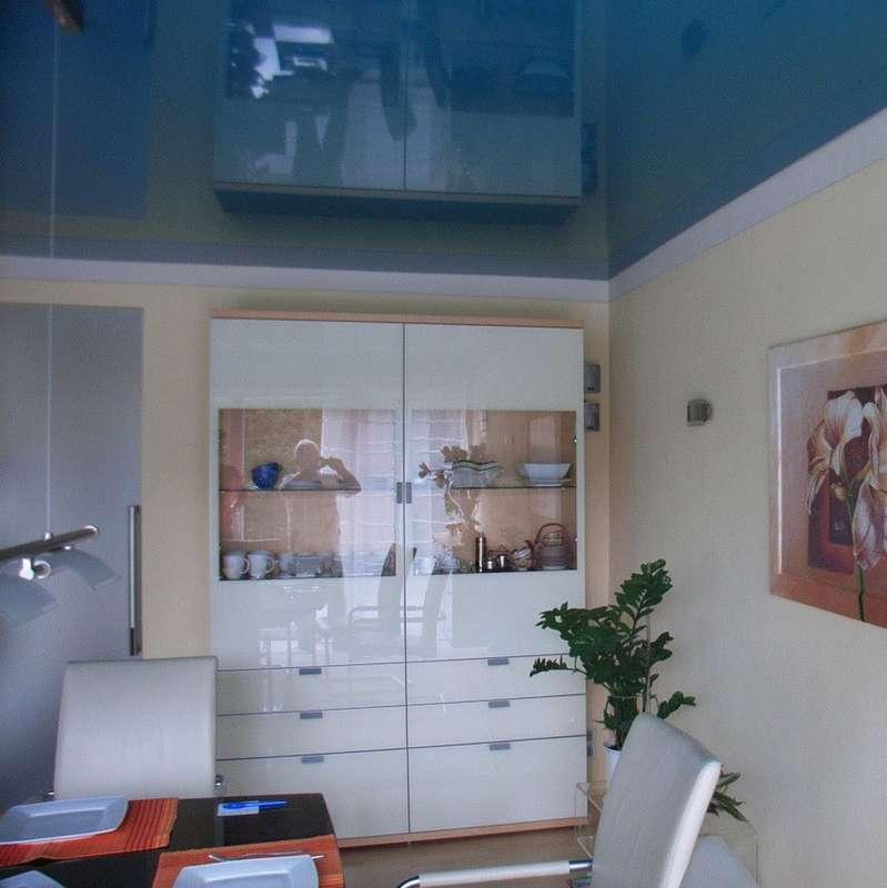 Lackspanndecke hochglänzend in einem Esszimmer, vorhandene Leuchte wurde eingebaut