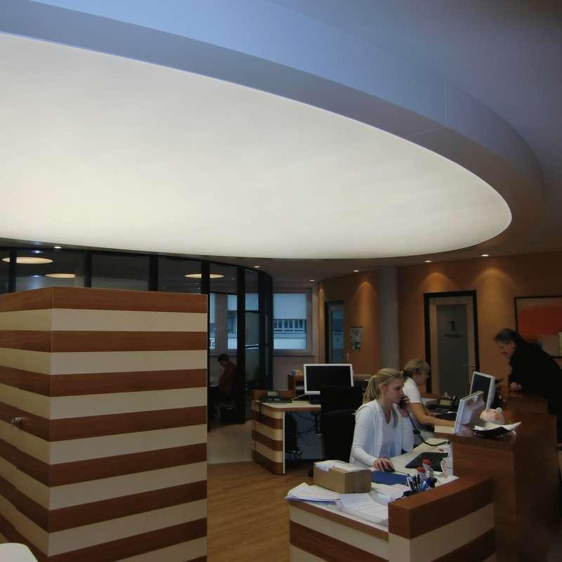Ovale Lichtspanndecke 700 x 400 cm in Gipskarton-Koffer montiert