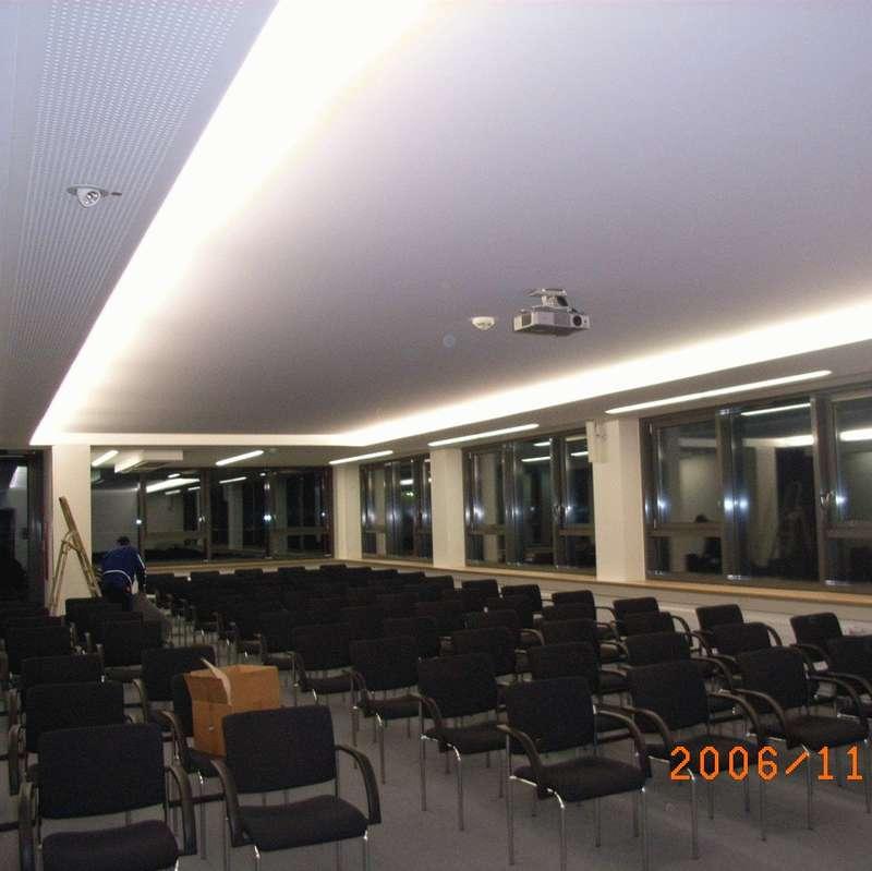 Konferenzraum mit textiler Spanndecke 500 x 1200 cm ohne Naht mit indirekter Beleuchtung